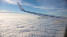 汽车城市概念都伯林映射小的旅行 在飞机飞行地产海景视窗之上 晴朗的weater和天空蔚蓝 高积云 股票视频