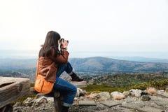 汽车城市概念都伯林映射小的旅行 有照相机照相的年轻旅行的妇女 免版税库存图片