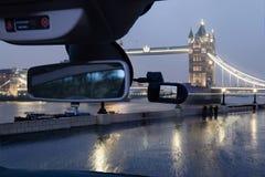 汽车塔桥梁在晚上,伦敦,英国照相机视图  库存图片