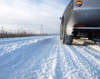 汽车多雪的乡下公路 库存图片