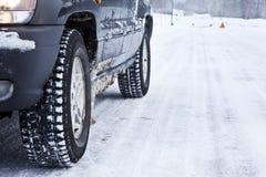 汽车多雪的森林公路 库存照片