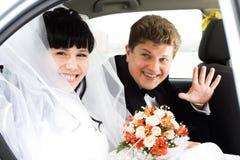汽车夫妇年轻人 免版税库存图片