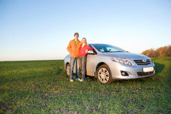 汽车夫妇愉快的新的年轻人 免版税库存照片