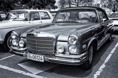 汽车奔驰车280 SE (W111)小轿车(黑白,定调子) 库存照片