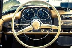 汽车奔驰车190 SL的驾驶席的内部 免版税库存图片