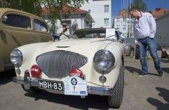 汽车奥斯汀Healey 100勒芒1955葡萄酒汽车游行  古老芬兰堡垒olavinlinna savonlinna日落 库存图片