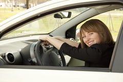 汽车女孩愉快的年轻人 免版税库存照片