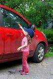 汽车女孩洗涤的一点 库存照片