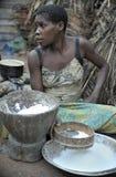 汽车密林  闹事 2008个第2个非洲非洲baka中央女孩密林11月共和国部落白人妇女 鲍卡妇女烹调食物,击碎在灰浆的面粉 图库摄影