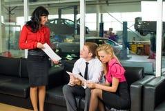 汽车对为等待的年轻人服务 免版税库存图片