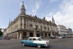 汽车巨大哈瓦那老剧院 免版税图库摄影