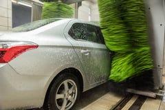 汽车干净的水管设备海绵洗涤 清洗的高压水汽车和泡沫在洗涤的驻地 免版税库存图片