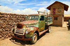 汽车平展de在老撒拉尔盐uyuni附近 库存照片