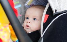 汽车座位凝视的男婴 库存图片