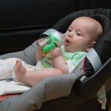 汽车座位的新出生的婴孩 免版税库存图片