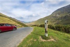 汽车快速的山风景 免版税库存照片
