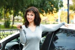 汽车愉快的新所有者 免版税库存照片