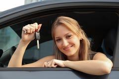 汽车愉快的新所有者 免版税库存图片