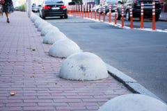汽车或机动车中止安全障碍或半球系船柱 防止的混凝土结构停放在边路是p 免版税库存照片