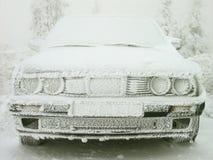 汽车报道了树冰冬天 免版税库存图片