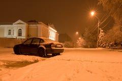 汽车报道了雪冬天 免版税库存图片