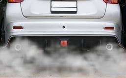 从汽车抽烟导致污染,烟汽车管子尾气 库存图片