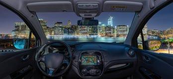 汽车挡风玻璃有曼哈顿地平线,纽约,美国看法  免版税库存图片