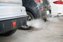 从汽车排气管出来的燃烧发烟 免版税库存照片