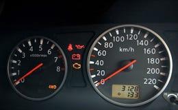汽车接近的控制板车速表 免版税库存图片