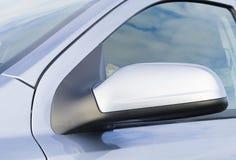 汽车接近的镜子端 免版税库存图片