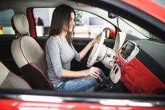 汽车控制台控制板电子仪器航海 无线电特写镜头 妇女设定了在仪表板的按钮 免版税库存照片