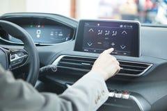 汽车控制台控制板电子仪器航海 无线电特写镜头 妇女设定了空调 图库摄影