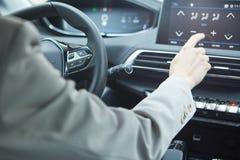 汽车控制台控制板电子仪器航海 无线电特写镜头 妇女设定了空调 免版税库存图片
