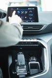 汽车控制台控制板电子仪器航海 无线电特写镜头 妇女设定了空调 免版税库存照片