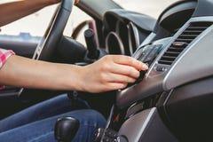 汽车控制台控制板电子仪器航海 无线电特写镜头 免版税图库摄影