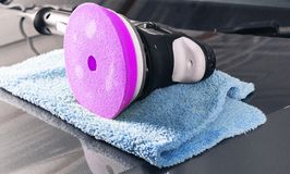汽车擦亮的概念 抛光的和擦亮的汽车 ( 磨光器和microfiber布料在汽车敞篷 为polishi的工具 库存图片