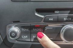 汽车收音机立体声盘区和现代仪表板电设备 免版税库存图片