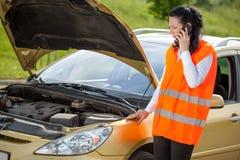汽车故障 叫的少妇在电话的协助 免版税库存图片