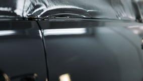 汽车敞篷在绘以后在汽车喷漆室 自动车樱桃颜色敞篷 汽车的零件在汽车喷漆室 影视素材