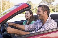 汽车敞篷车夫妇微笑 免版税图库摄影