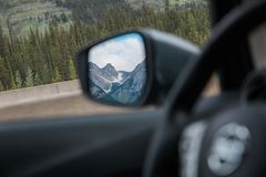 汽车旁边镜子有山峰视图 库存图片