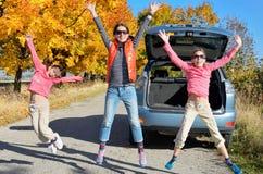 汽车旅行在秋天家庭度假,愉快的母亲和孩子移动 库存图片