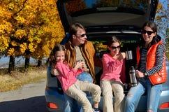 汽车旅行在秋天家庭度假,愉快的父母和孩子移动 图库摄影