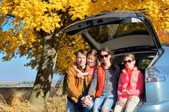 汽车旅行在秋天家庭度假,愉快的父母和孩子移动 免版税图库摄影