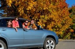 汽车旅行在秋天家庭度假,愉快的父母和孩子移动 免版税库存图片