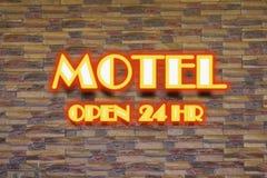 汽车旅馆和24个hr霓虹灯广告 免版税库存图片