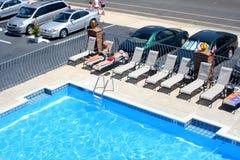 汽车旅馆池周围 免版税库存照片