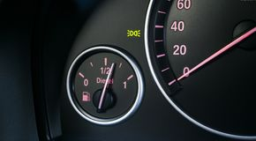 汽车有启发性仪器晚上面板 与可看见的车速表和燃料级别的仪表板特写镜头 现代汽车内部细节 测路器,车头表 免版税库存图片