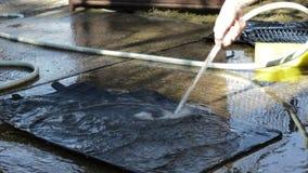汽车有水管高压擦净剂的地板席子清洁  股票录像