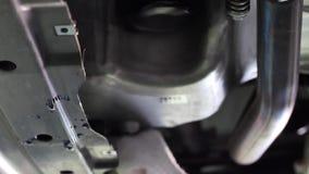汽车服务、修理、维护和人概念-工作在车间的技工人 影视素材